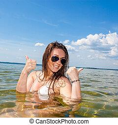 """bonito, mulher jovem, em, a, sea., mulher bonita, tendo, um, divertimento, enquanto, natação, em, a, lake/, menina, em, biquíni, mostra, a, letra, """"v"""""""