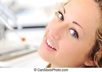 bonito, mulher jovem, em, escritório dentista