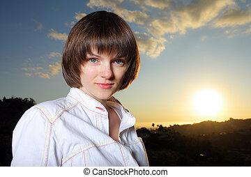bonito, mulher jovem, em, pôr do sol