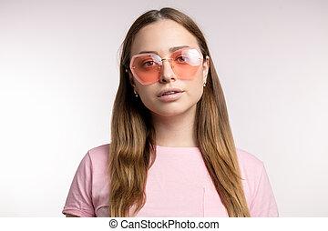 bonito, mulher jovem, em, trendy, cor-de-rosa, óculos de sol
