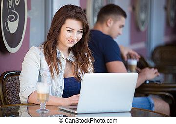 bonito, mulher jovem, em, um, café