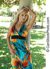 bonito, mulher jovem, em, um, muito, sytlish, dress.