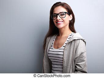 bonito, mulher jovem, em, uso casual, com, sorriso toothy