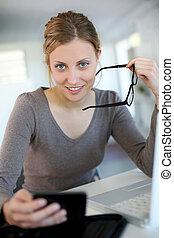 bonito, mulher jovem, estudar, casa, ligado, laptop