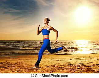 bonito, mulher jovem, executando, ligado, um, praia, em, pôr do sol