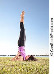 bonito, mulher jovem, fazendo, ioga, exercício, ligado, grama verde