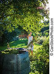 bonito, mulher jovem, jardinagem, em, dela, jardim, filiais corte, preparar, a, pomar, para, a, inverno