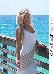 bonito, mulher jovem, ligado, um, cais, em, flórida sul