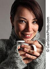 bonito, mulher jovem, mantém, morno, café bebendo