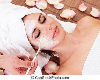 bonito, mulher jovem, obtendo, máscara facial
