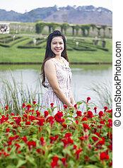 bonito, mulher jovem, prado, de, flowers., apreciar, natureza