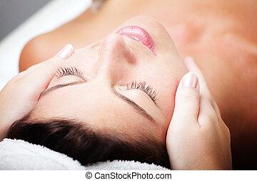 bonito, mulher jovem, recebendo, massagem facial