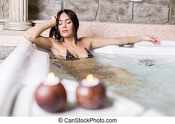 bonito, mulher jovem, relaxante, em, a, banheira quente
