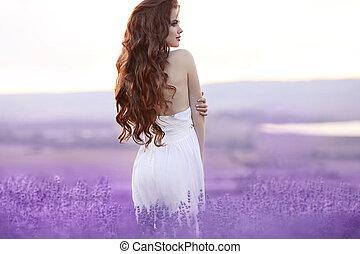 bonito, mulher jovem, retrato, em, lavanda, field., atraente, morena, menina, com, longo, cabelo ondulado, estilo, em, vestido branco, dreaming.