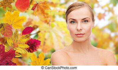 bonito, mulher jovem, rosto, sobre, outono sai