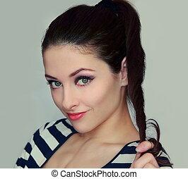 bonito, mulher jovem, segurando, a, cabelo, com, flertar,...