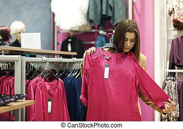 bonito, mulher jovem, shopping, em, um, loja roupa