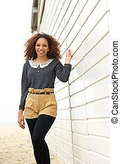 bonito, mulher jovem, sorrindo, e, andar, ao ar livre