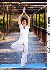 bonito, mulher madura, ioga posa