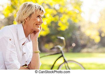 bonito, mulher madura, relaxante, ao ar livre