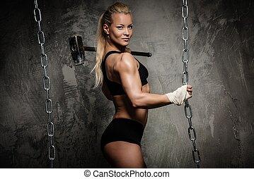 bonito, mulher, martelo,  Muscular,  bodybuilder, segurando, correntes