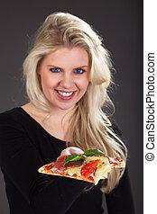bonito, mulher, servindo, pizza
