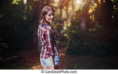 bonito, mulher sorridente, floresta