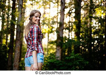 bonito, mulher sorridente, jovem, floresta
