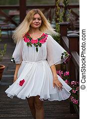 bonito, na moda, movimento, retrato, vestido branco, menina
