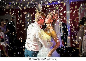 bonito, noivo, dançar, voando, noiva, confetti, retrato