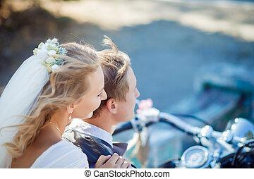 bonito, noivo, noiva, posar, motocicleta, elegante, pretas, bonito, retro