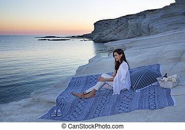 bonito, observar, pôr do sol, sentando, vinho, praia areia, feliz, basket., morena, mulher, cobertor