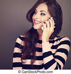 bonito, olhar, mulher, fundo, cacheados, falando, móvel, closeup, maquilagem, grisalhos, telefone, cima., toothy, retrato, sorrir feliz, style., toned