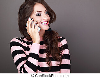 bonito, olhar, mulher, fundo, cacheados, falando, móvel, maquilagem, grisalhos, telefone, cima., toothy, sorrindo, style., feliz