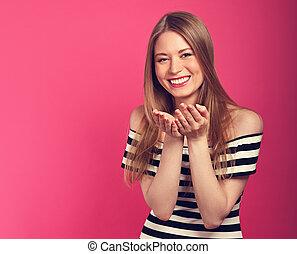 bonito, olhos cor-de-rosa, exposição moda, tirado, mulher, sinal, experiência., ir, closeup, mãos, retrato, excitado, desfrutando, vestido, beijando, toned