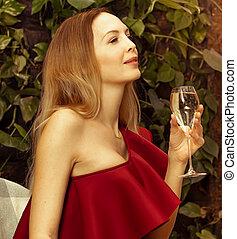 bonito, ombro, mulher, coquetel, restaurante, jovem, cintilante, um, vidro, red-burgundy, assimétrico, branca, senta-se, vestido, vinho