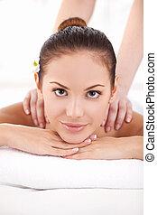 bonito, ombros, mulher, spa., dela, jovem, dia, olhar, enquanto, câmera, terapeuta, mentindo, frente, desligado, massaging, massagem