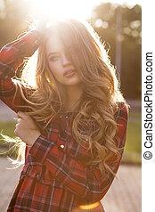 bonito, ondulado, mulher, na moda, cabelo longo, checkered, loiro, vestido