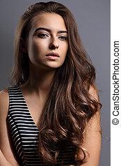 bonito, pacata, emoção, mulher, com, natural, maquilagem, e, longo, marrom, cabelo ondulado, estilo, olhar, cinzento, experiência., closeup, retrato