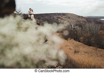 bonito, paisagem., muito, par, jovem, abraçando, borda, fundo, montanha, feliz
