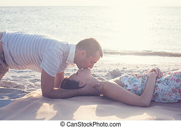 bonito, par, deitando-se, e, beijando, ligado, a, praia.,...
