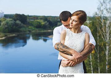 bonito, par, jovem, abraçar