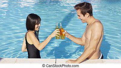 bonito, par jovem, brindes, em, piscina