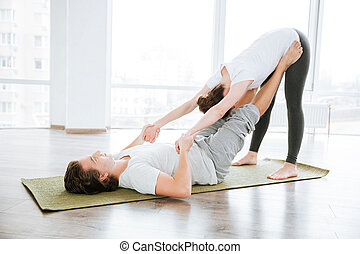 bonito, par, junto, estúdio, relaxamento, exercícios