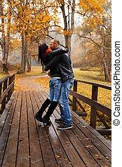 bonito, par, middle-aged, outono, ao ar livre, beijando, dia, feliz