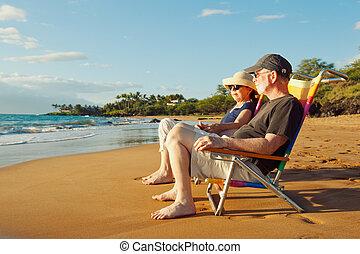 bonito, par romântico, pôr do sol, desfrutando, praia, feliz