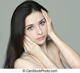 bonito, pelada, cara tocante, a, mãos, e, olhar, isolado, ligado, cinzento, experiência., retrato, de, beleza natural, menina