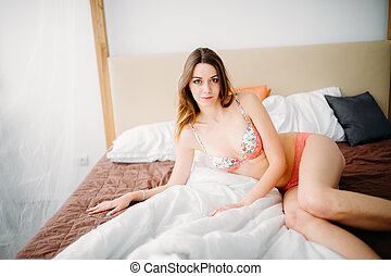 bonito, pelado, bonito, sensual, morena, menina, sentar-se cama, e, olhar, a, janela, em, a, manhã, sun., sedução, mulher, em, lingerie.