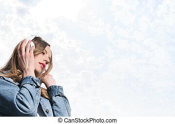 bonito, pensativo, menina, escutar, música, em, fones, sob, a, céu