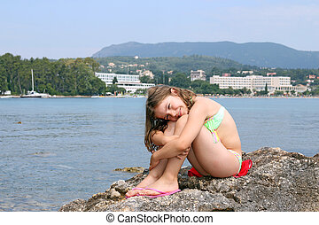 bonito, pequeno, sentando, mar, rocha, menina